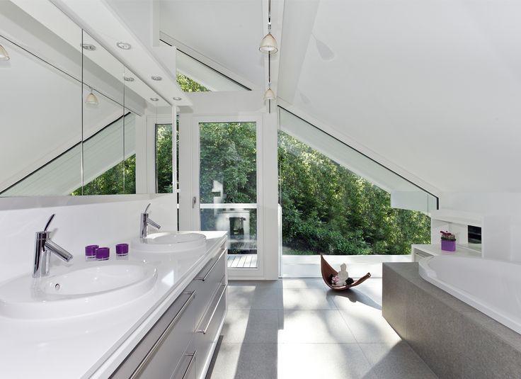 DAVINCI HAUS | Traumhaus Bremen | Wellnesstraum | Wellnessdream | Das Bad lädt zum entspannen und wohlfühlen ein. Exklusiver Wohnkomfort mit DAVINCI HAUS. Die Fliesen bieten einen Kontrast zu den weißen Leimholzbalken. Traumhaft.  Erfahren Sie mehr über dieses Traumhaus unter https://www.davinci-haus.de/kundenhaus/wellnesshaus-bei-bremen/ #traumhaus #architektur #bad #fachwerkhaus #fertighaus