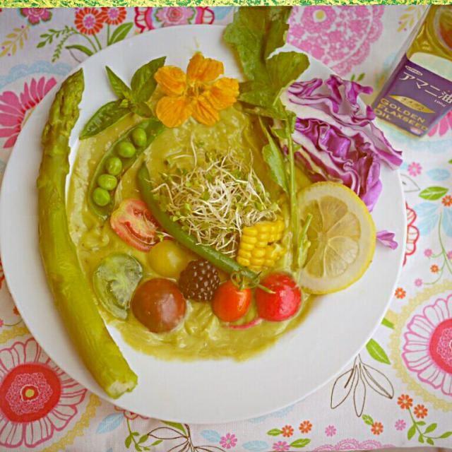 雑誌を見て一目惚れ!(ノ´∀`*)したスープ。買うか迷ってるうち、すでに9月号が出てしまい、バックナンバー取り寄せました~f(^ー^;どうしても、作りたくて(^○^) アボカド、レモン汁とオイル、水をバーミックスでガーッしたら、好きな野菜をトッピングするだけなんだけど、スープというより、ディップに絡めて野菜モリモリ食べられるサラダかな(^^)v 最近買ったアマニオイルを振りかけて、頂きました~(⌒‐⌒)作るのも楽しいサラダですよ♪(*^▽^*) - 139件のもぐもぐ - アボカドのキャンバスに絵を描くみたい♪(^∇^)アボカドロースープサラダ(body+8月号) by berrymint