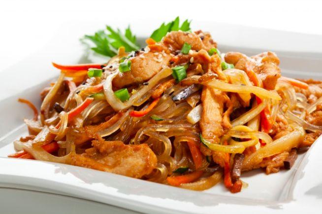 Víte, jak připravit na večeři jednoduchý, ale chutný pokrm? Zkuste tento recept na nudle wok s různými přísadami. Nejdůležitější věcí o vaření v pánvi wok je míchání a smažení ingrediencí na nejvyšší teplotou. Je lepší použít speciální hlubokou wok pánev, ale pokud ji nemáte, použijte klidně obyčejnou. Rýžové nudle s kuřecím masem a lilkem Co …