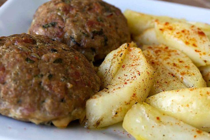 Μπιφτέκια με πατάτες στον φούρνο. Λατρεμένη συνταγή του ελληνικού τραπεζιού
