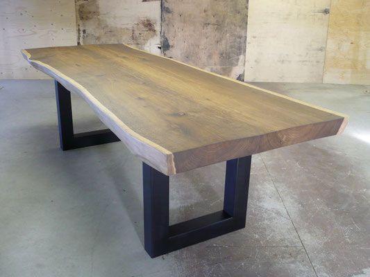 Eiken boomstamtafel 260 x 95 cm, gerookt. Complete tafel vanaf 2.650,-- euro