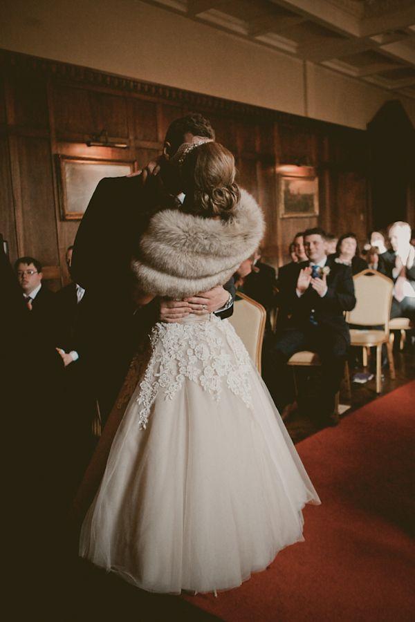 mantellina di pelliccia   fur tippet   Winter bride look    look sposa invernale   Baby, It's cold outside! http://theproposalwedding.blogspot.it/ #winter #bride #look #cold #freddo #inverno #sposa