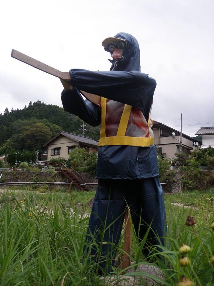 写真: 矢作川沿いに不思議な格好の人???人形???を発見!!!旭地区内の矢作川沿いに何人かいるそうで、今捜索してます。情報をお待ち方は、教えたください。ヨロシクお願いします。 https://www.facebook.com/kankou.asahi?fref=ts