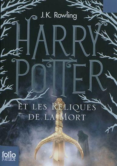 Dans ce septième et dernier volet, Harry est confronté à une tâche dangereuse et apparemment impossible. Accompagné de Ron et Hermione, il part en quête des Horcruxes restants de Voldemort dans le but de l'anéantir. Il ne pourra compter que sur sa force et va devoir suivre le sentier qui a été tracé pour lui par Dumbledore avant sa mort.