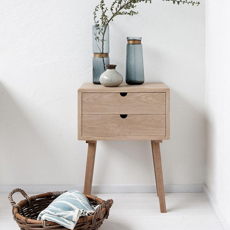 Ce chevet de la marque scandinave Hübsch est à la fois pratique et esthétique. On aime son design minimaliste avec ses pieds en forme de compas et ses tiroirs coulissants avec des poignées en forme de demi-cercle creusées dans le bois. On pourra facilement utiliser ce petit meuble peu encombrant dans une entrée, un salon, un bureau, une cuisine. Un coup de coeur pour ce meuble au design scandinave.  <br /> Vendu par 2<br /> <br />