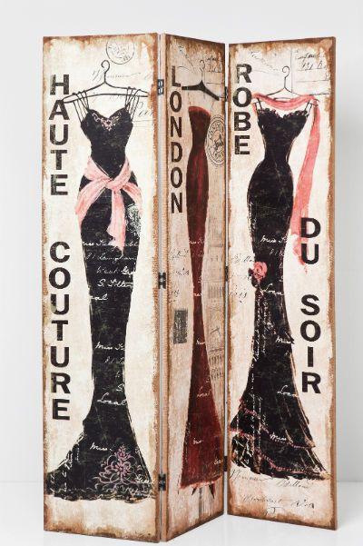 Παραβάν Haute Couture Υπέροχο παραβάν με σχέδιο τρία πολύ όμορφα φορέματα. Προσθέτει μία κομψή, νοσταλγική νότα, που παραπέμπει σε μία άλλη εποχή παρουσιάζοντας την haute couture από το Μιλάνο, το Λονδίνο και το Παρίσι με ένα γοητευτικό τρόπο. Σκελετός από ξύλο ελάτου, με επένδυση στην μπροστινή όψη από 100% λινό και στην πίσω όψη βελούδο από 100% βαμβάκι.