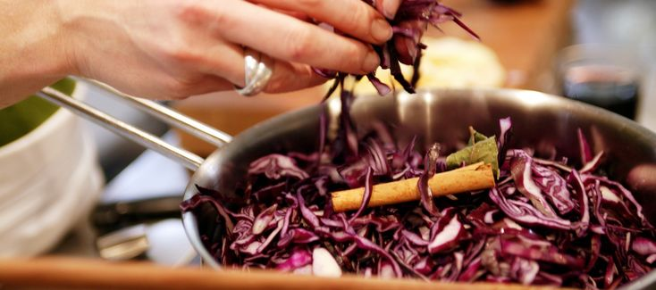 Rode kool maak ik altijd in voor twee dagen. De kool is altijd te groot. Voordeel je hebt nog een keer een makkelijke kook dag, je kunt het ook goed invriezen! En alle smaken kunnen goed intrekken waardoor het nog lekkerder van smaak wordt.
