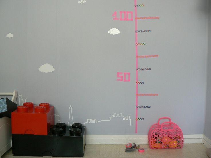 Une jolie toise pour enfant réalisée par Rosalie & Co avec différents motifs de masking tape : Shocking Pink (rose fluo), Spot Blue (pois) et Retro Hana (fleurs)