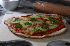 Pizza Margherita schmeckt einfach super und Pizza vom Grill ist ebenfalls ein tolles Gericht. Wie meine Lieblingspizza nach einer Idee von Kolja Kleeberg zubereitet wird...