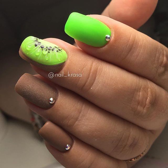 Яркий дизайн ногтей с киви с кожурой сделанной в технике бархатный песок.