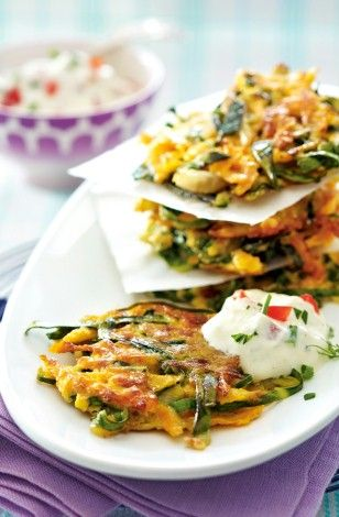 Mangold-Möhren-Rösti mit Frischkäse-Tomaten-Dip Rezept: Tomate,Petersilie,Schnittlauch,Kräuterfrischkäse,Vollmilchjoghurt,Pfeffer,Möhren,Eier,Öl