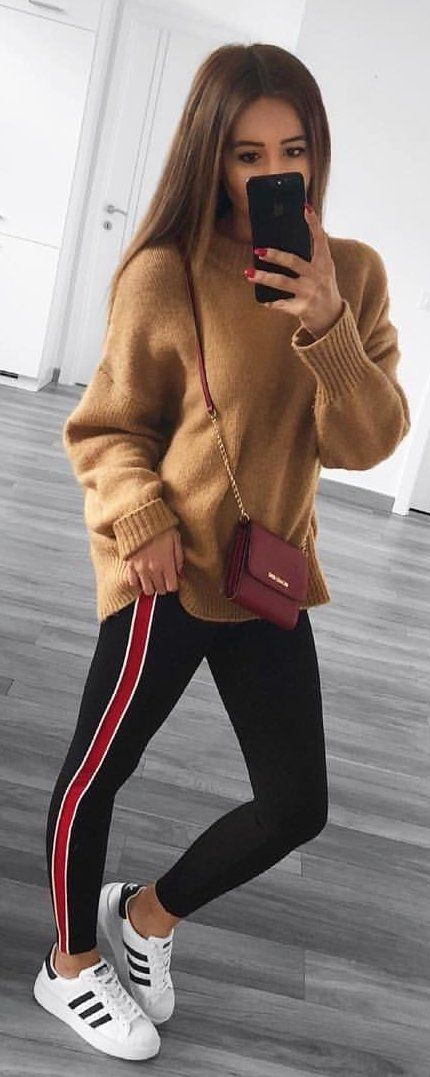 #winter #outfits brown sweatshirt and black legging pants. Pic by @elayworld_.