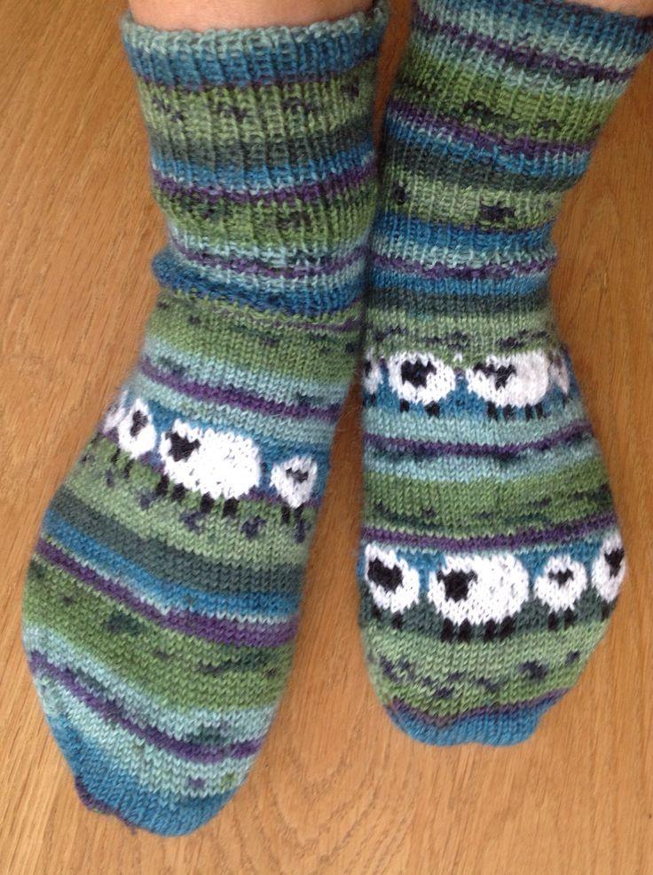 wolligwarme Socken mit Schafen