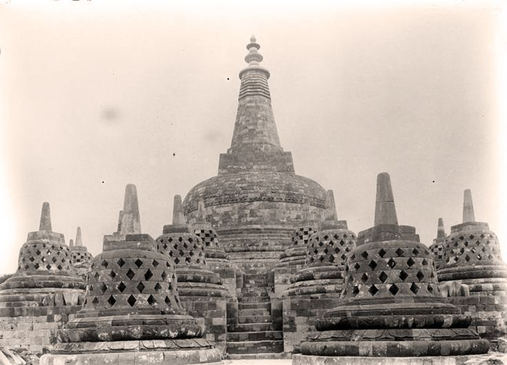 https://flic.kr/p/fqkAqC | Central stupa at the top of Borobudur in 1907-1931 | Source : Tropenmuseum