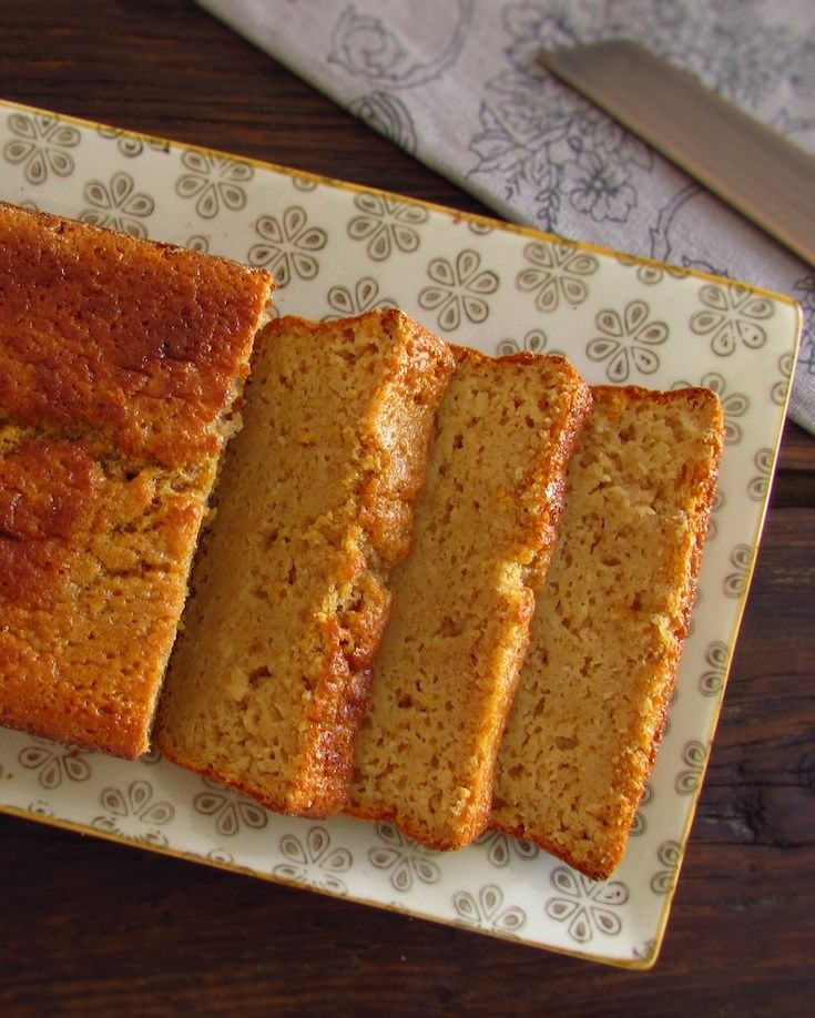 Apple, lemon and cinnamon cake | Food From Portugal. Want to prepare a pleasant snack for your friends? This apple, lemon and cinnamon cake is quite simple to make, very tasty and has excellent presentation! Your friends will be surprised by this delicious blend of flavors…