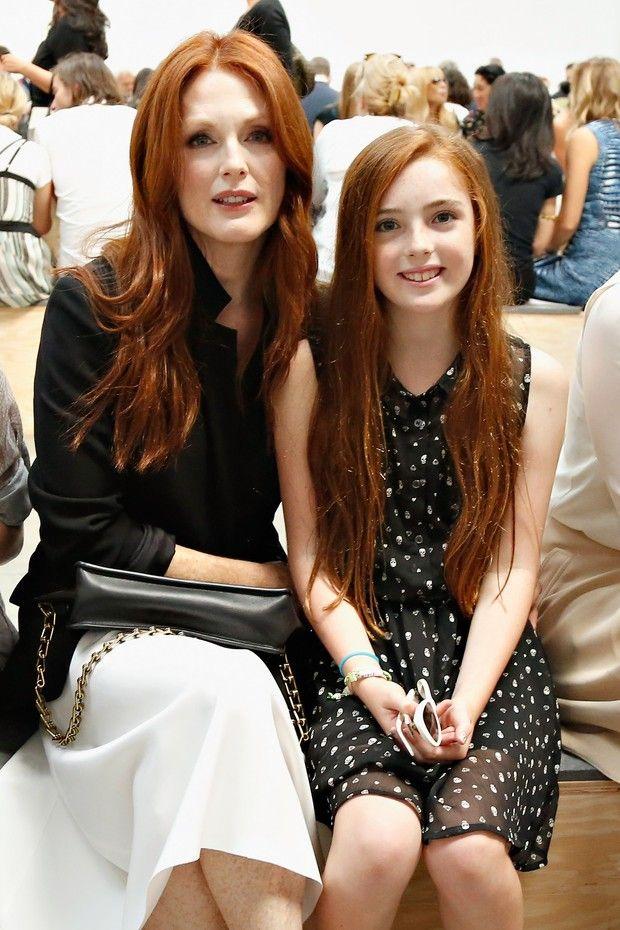 Julianne Moore e a filha, Liv, na NYFW (Foto: AFP / Agência)
