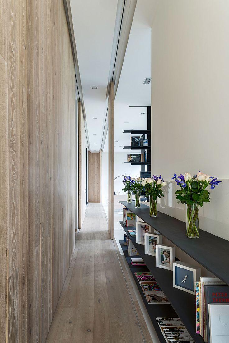 Le couloir qui mène vers la principale pièce et de l'autre côté – vers les chambres