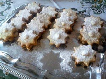 Kétéve Karácsonykor készítettem először, azóta is töretlen sikere van. Bármilyenkiszúró-formában a minennapokon is finom lesz. Hozzávalók 50 dkg liszt 25 dkg cukor 1 cs.sütőpor 1 cs.vaníliás cukor 20 dkg zsír (sertés) 1 citrom reszelt héja 0,5 dl tej (kevés, csak annyi , amennyivel rugalmas tésztát kapunk ) lekvár (sárgabarack) Elkészítése A hozzávalókat kevés tejjel rugalmas …