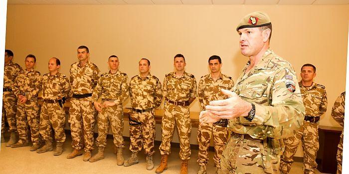 """EMBLEMA DE ONOARE A FORŢELOR TERESTRE AJUNGE ÎN ŢARA VIKINGILOR • După şase luni de misiune în arşiţa Afganistanului, cei 14 ofiţeri de stat major încadraţi în detaşamentul ROU AIAT (Army Institutional Advisory Team) din NKC (New Kabul Compound)  pot raporta cu mândrie """"Misiune îndeplinită!"""""""