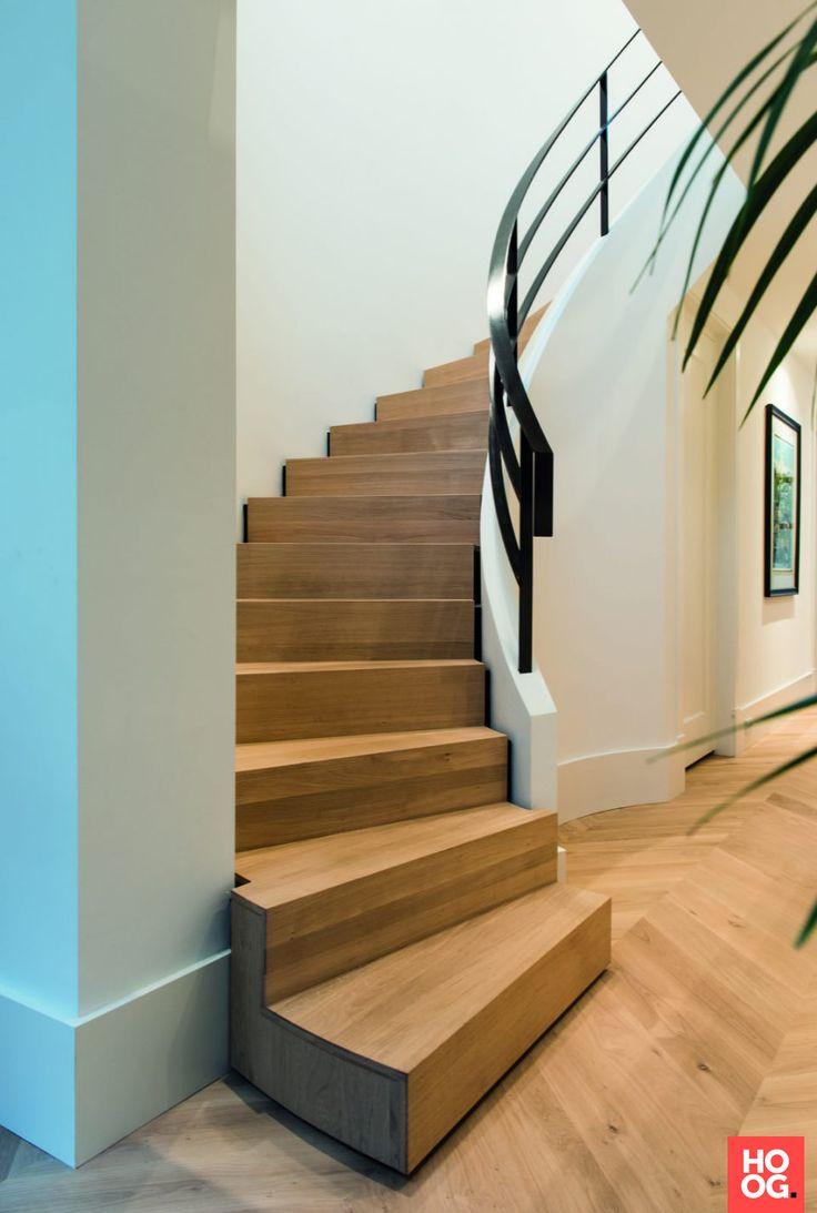 Draaitrap met houten treden en stalen leuning | hal inrichting | interieur inspiratie | wit interieur | Hoog.design