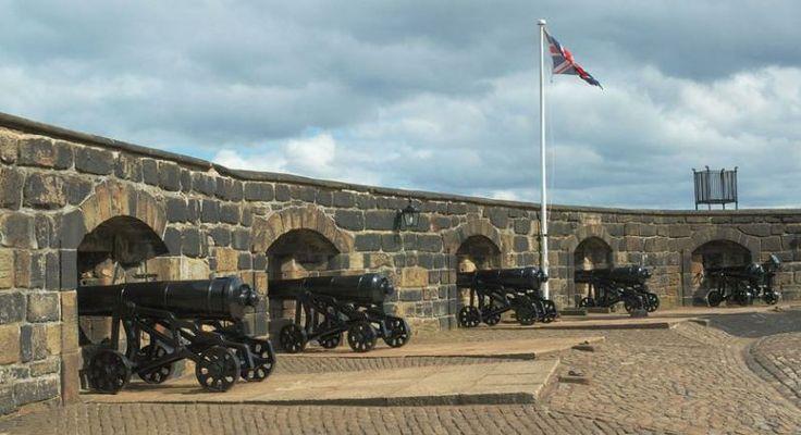 Эдинбургский замок производит впечатление абсолютно неприступной крепости. Три стороны крепости защищены отвесными утесами, и доступ к замку был ограничен крутой дорогой на четвертой (восточной) стороне. К дороге можно пройти только через эспланаду - длинный и пустой, полностью простреливаемый из крепости наклонный участок.