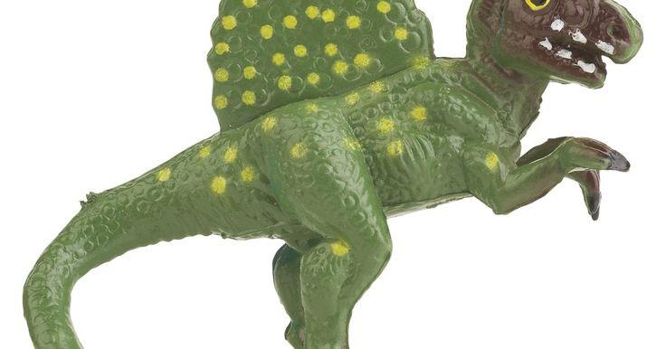 Como criar decorações de dinossauro na parede?. A maioria das crianças passam por uma fase de dinossauro, totalmente cativados por Brontossauros desajeitados e Tiranossauro Rex ferozes que elas veem na TV ou em livros ilustrados. Para aproveitar essa oportunidade de aprendizagem, considere fazer algumas decorações grandes e coloridas de parede para o quarto do seu filho ou em um porão de jogos. ...