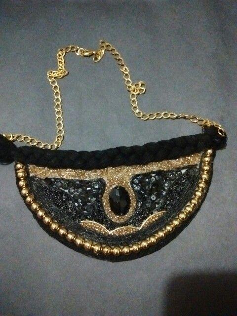 Collar negro/dorado