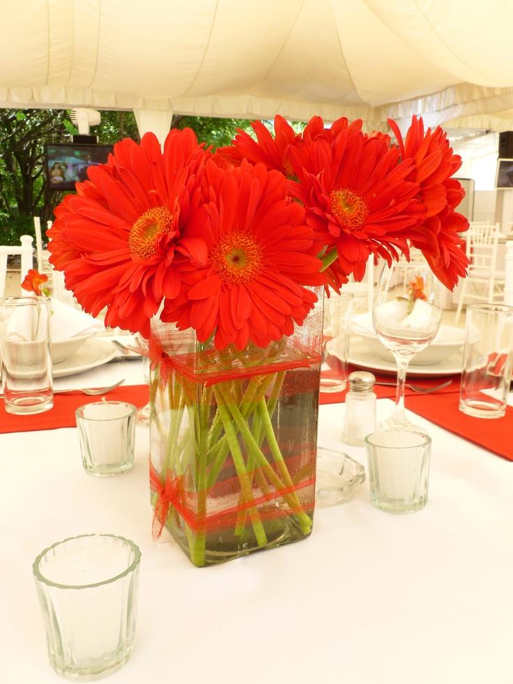 Centro de mesa en gerberas rojas de Florería el Paraíso en Quinta Pavo Real del Rincón www.pavorealdelrincon.com.mx