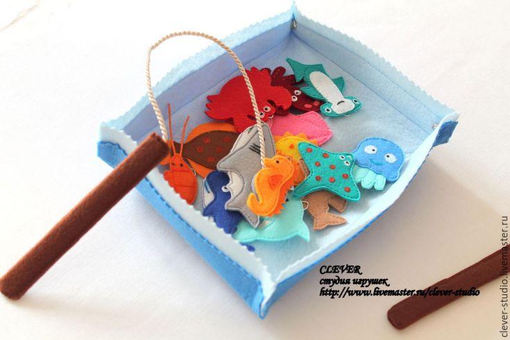 Купить или заказать Игра 'Рыбалка' в интернет-магазине на Ярмарке Мастеров. Рыбалка - одна из любимых игр как у взрослых, так и у детей:) Морская рыбалка из фетра позволит ребёнку поближе познакомиться с морскими обитателями. В комплект входит набор из 10 морских животных, игровое поле и 2 удочки. Игра развивает ловкость, внимание, координацию движений и знакомит малыша с основными видами морских животных.