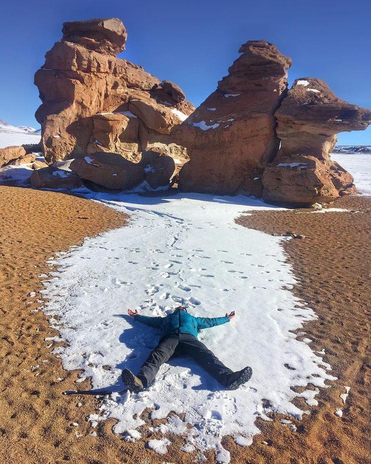Um conjunto de rochas vulcânicas de diferentes formatos (a mais famosa é chamada de Árbol de Piedra) esculpidas pela ação do vento localizadas em uma extensa planície conhecida como Pampas del Siloli.  Este deserto se caracteriza por sua beleza natural e ainda é a porta de entrada para um dos parques nacionais mais lindos da Bolívia   Ter a chance de estar aqui com a paisagem colorida pelo branco da neve contrastando com a aridez do deserto foi surreal!  #QueroViajarMais #QVMnaBolívia…