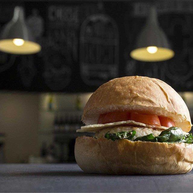 #BourChick #bourmet #hamburger #burger #slowfood #foodporn #foodie #pesaro #wepesaro #streetfood #stillife #stillifephotography #chicken #bun  • Spinaci croccanti • Polpa di petto di pollo • Pomodoro fresco • Cialda di parmigiano