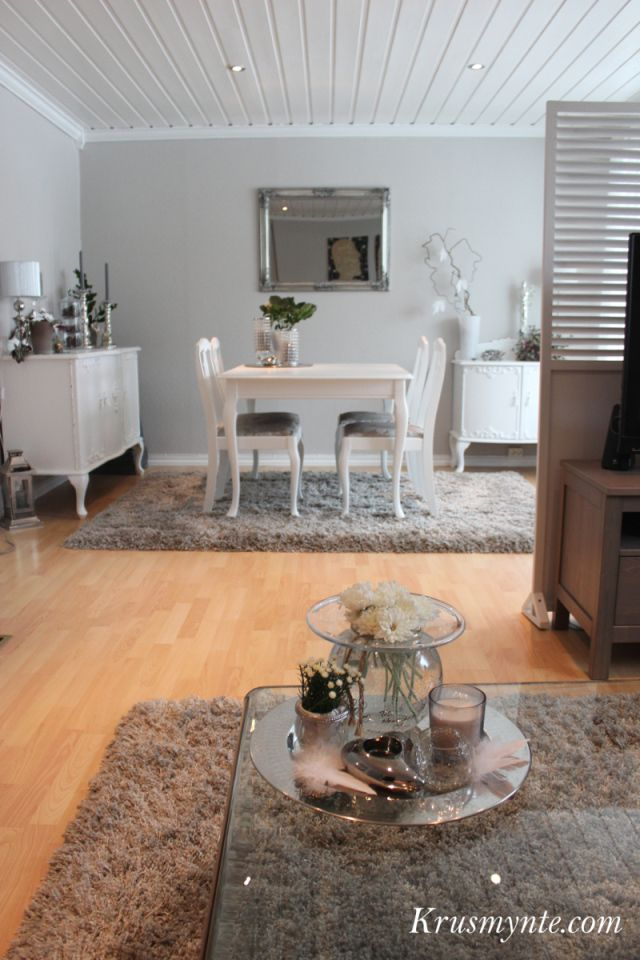 stue interiør livingroom hvit spisestue gammel malt pusset opp ornamenter farge chi vegg hvit lin glassbord lys fat blomster vår 2013 grått sølv silver grey