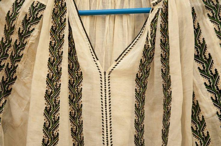 Vintage Romanian blouse from Oltenia region. The blouse belongs to Simona Moon.