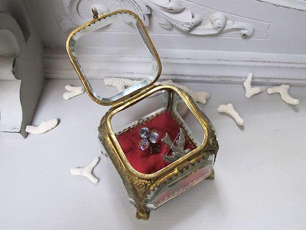 面取りガラス ジュエリーケース 1900-1920年前後 7,5x7,5x7cm 面取りガラス 6,5mm 216g 真鍮 花レリーフが素敵でシャビーなジュエリーケース。