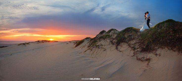 A lovely sunset trash the dress photoshoot in dunes #josafatdelatoba #cabophotographer #cabosanlucas #weddingsinloscabos #caboweddings #trashthedress