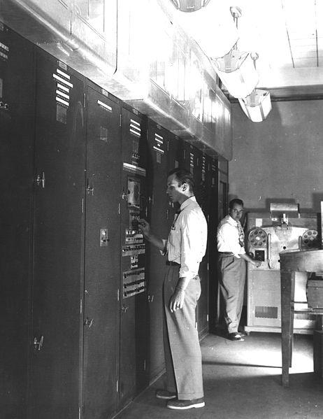 L' EDVAC venne montato nel Ballistics Research Laboratory e divenne operativo nel 1951. L'EDVAC era un computer binario in grado di eseguire addizioni, sottrazioni, moltiplicazione, divisioni e disponeva di istruzioni per il controllo del flusso del programma. La memoria era di 1000 parole di 44 bit in seguito portata a 1024 parole. Il computer era formato da 6000 valvole termoioniche, 12000 diodi ed occupava 45,5 mq di superficie. L'EDVAC operò fino al 1961.