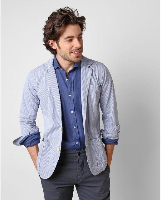 Americana de hombre confeccionada en algodón con rayas blancas y azules, de corte slim, con solapas puntadas y con dos bolsillos delanteros bajos y uno alto.