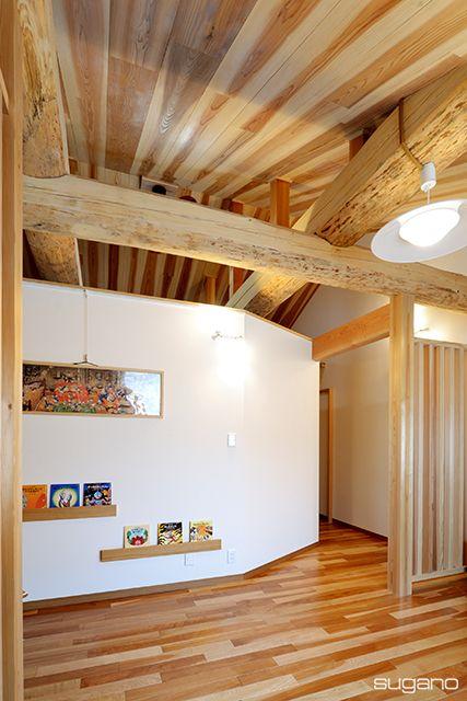 白い壁の中は4畳半の納戸です。壁に並べた絵本もインテリア。#和風住宅 #住宅 #フリースペース #勾配天井 #家づくり #新築 #居間 #設計事務所 #菅野企画設計