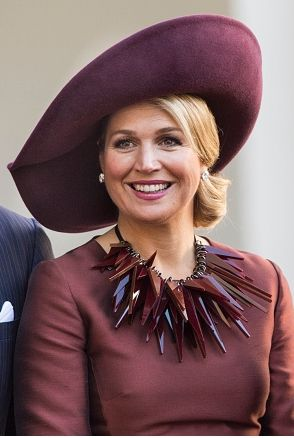 Queen Máxima in #marsala hat and dress ..love the hat..