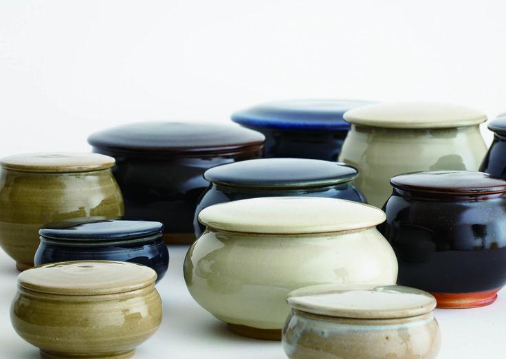 石見蓋付鉢|食器としての素材感と容器としての機能性を併せ持った蓋付の鉢は、温かい料理を温かいまま提供できる心遣いの器であり、また、常備菜や調味料を保存すれば、台所でも食卓でも活用することができます。登り窯で焼成を行うため、表情豊かでどことなく柔らかな趣に焼き上がっています。<取扱|TIME&STYLE>