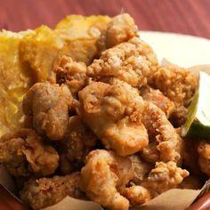 #Chicharrones de #Pollo  Ingredientes: 2 kg de muslos de pollo 2 cditas. de polvo de #cebolla 2 cditas. de polvo de #ajo 2 cditas. de #orégano seco ¼ taza de #vinagre 1 cda. de jugo de #lima Harina  Aceite para freír Sal y pimienta a gusto  Paso a paso: Cortar el pollo en trozos pequeños. Colocar en un bowl con los condimentos, vinagre, jugo de lima y cáscara. Dejar marinar por 30 minutos. En un  bowl mezclar harina sal y pimienta y pasar el pollo marinado. Freir hasta que estén dorados…