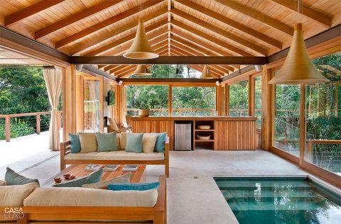 Para relaxar, a piscina aquecida, com hidromassagem, foi cercada por um bangalô aconchegante, com teto de duas águas e forro de madeira.
