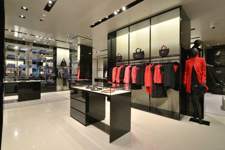 Estetik, perakende sektöründe önemli bir faktördür, Mağaza dekorasyonu satışı artırabilir veya azaltabilir. Bir mağaza tasarımı ile ön plana çıkartılarak müşteri deneyimi ile dekore edilmelidir. Tasarımı çok değişim olmadan saklamak mağazanızı ileriye taşır, çünkü her mağazada boyunca tutarlı markalaşma kurallarına uymak büyük perakende zincirlerinin sıklıkla uyguladığı bir kuraldır.  İletişim : (0216) 594 57 15 - Mail : ruzgarproduksiyon@gmail.com  #mağaza #showroom