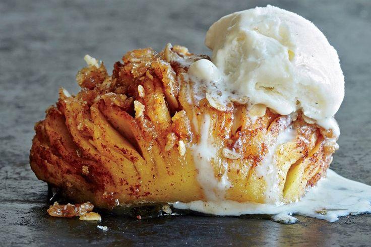 Mangler du inspiration til en lækker dessert? Så tjek denne video på sprøde og lækre hasselback-æbler.