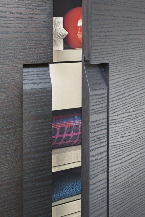 LEMA   CEA by Marelli & Molteni stands out for the distinctive handle built-in the door, engraving a precious graphic mark. A custom closet that can be adapted in height, width and depth.