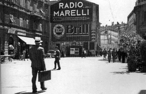 Via Carducci allo sbocco di via Arcata con le case già in fase di demolizione. La casa a sinistra esiste ancora e ospita nell'ultimo foro la salumeria Masè - 1934