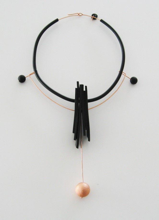 Halsband i gummi och koppar. Kulan i koppar har jag tillverkat genom electroforming. Choker with black rubber and copper. The copper ball is electroformed.