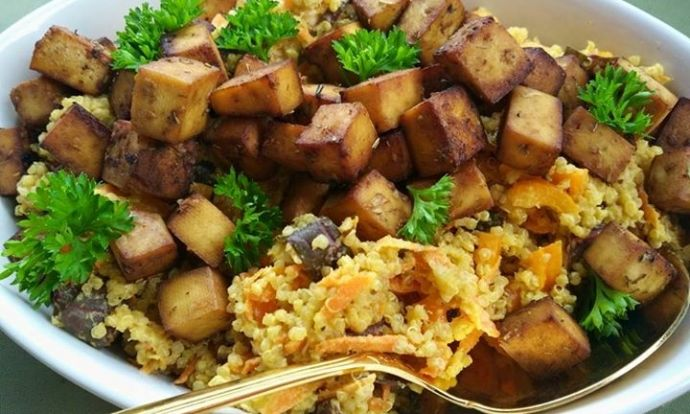 Pečené tofu s quinoovým salátem