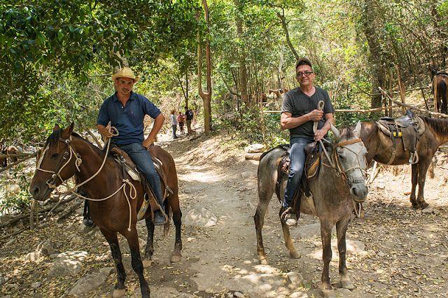 Reinier (notre guide) et Serge lors d'une randonnée à cheval à Trinidad (Cuba)