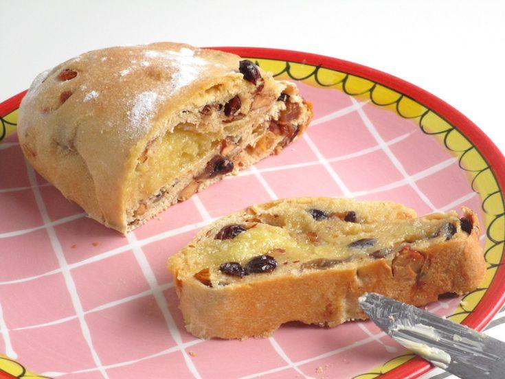 Al zolang ik me kan herinneren eten we bij het kerstontbijt Kerststol. Ik ben gek op brood met lekkers erin, maar ik hou helemaal niet van stukjes sukade en sinaasappelschilletjes. Bleh! Vroeger vi…